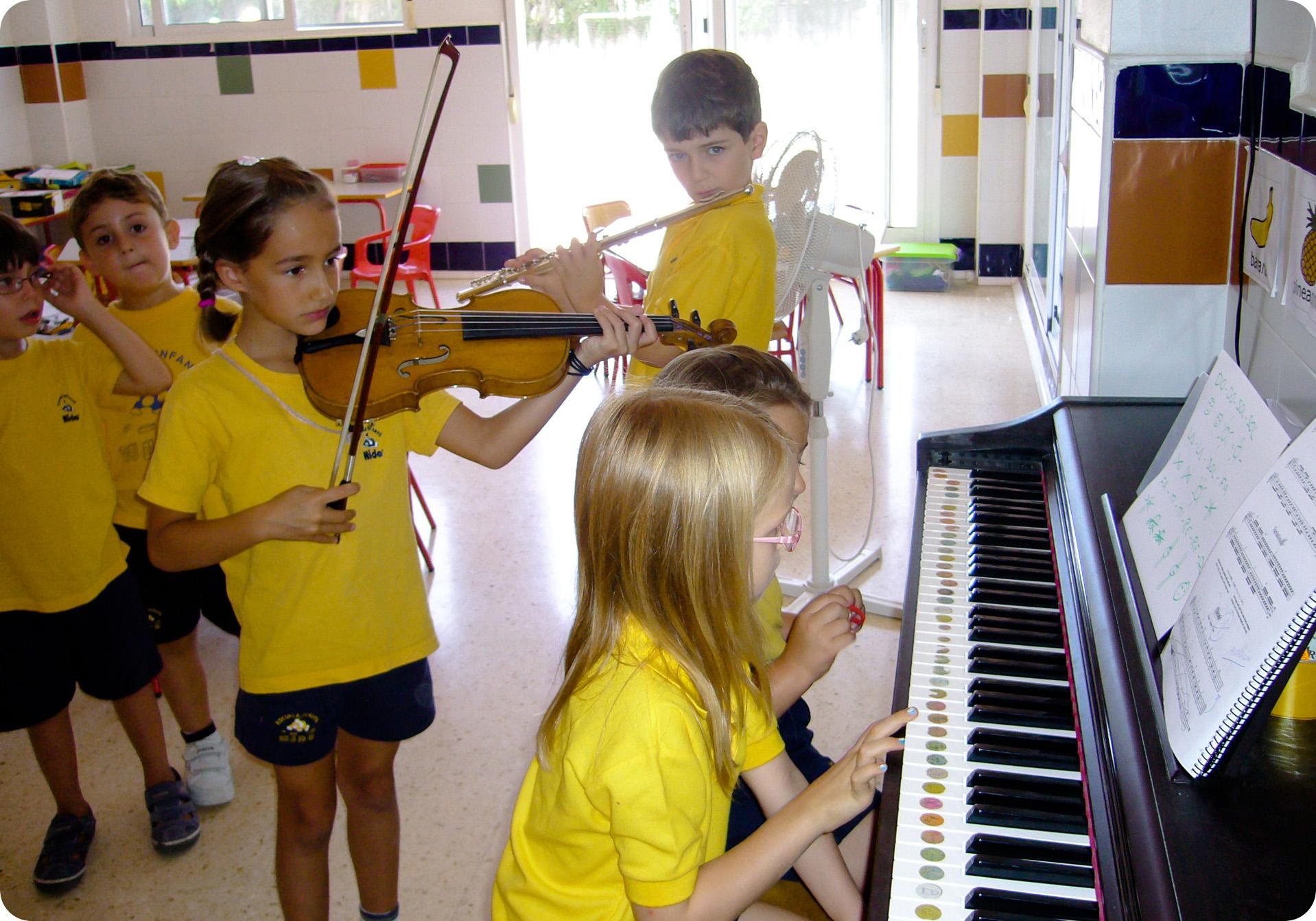 Niños Nido practicando en el Aula de Música